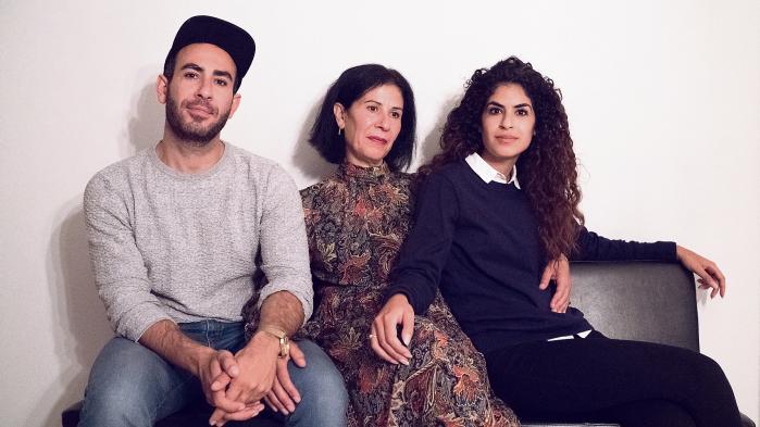 Abdel Aziz Mahmoud og Yasmin Mahmoud med deres mor, Souad Taha, i midten. Souad Taha fortæller, at hun aldrig har følt, at hun skulle skærme sin familie, fordi de var brune.