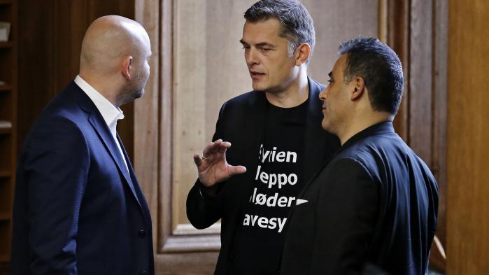 Venstres Jan E. Jørgensen og Konservative Folkepartis Naser Khader blev torsdag smidt ud af Folketingssalen for at bære t-shirt med budskab om Aleppo under åbningsdebatten.