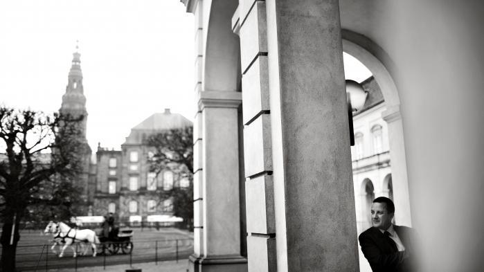 Danske politikere burde ikke automatisk uddele flere penge og nye beføjelser til efterretningstjenester, når der sker terrorangreb som på Krudttønden. Det skaber falsk tryghed og risikerer at sætte for stor lid til bred elektronisk overvågning, som reelt ikke er effektiv. Sådan lyder det fra tidligere PET-chef Jakob Scharf i ny bog
