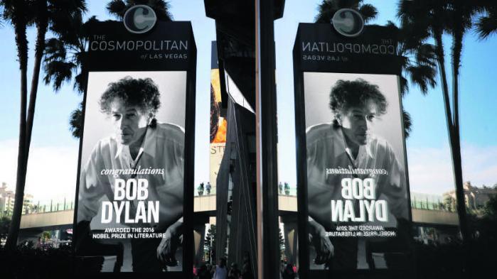 Torsdag modtog den amerikanske sangpoet Bob Dylan Nobelprisen i litteratur for 2016. Ifølge de kulturpersoner, vi har talt med, har han skrevet den største poesi, er en fornyer af lyrikken, står på skuldrene af verdenslitteraturen og skriver tekster til mennesker i alle aldre