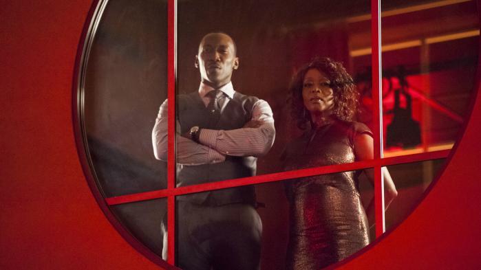 Gangsteren 'Cottonmouth' (Mahershala Ali) og hans kusine, lokalpolitikeren Mariah (Alfre Woodard), i Harlem's Paradise, klubben, der skal være omdrejningspunktet i Harlems genrejsning i tv-serien 'Luke Cage'.