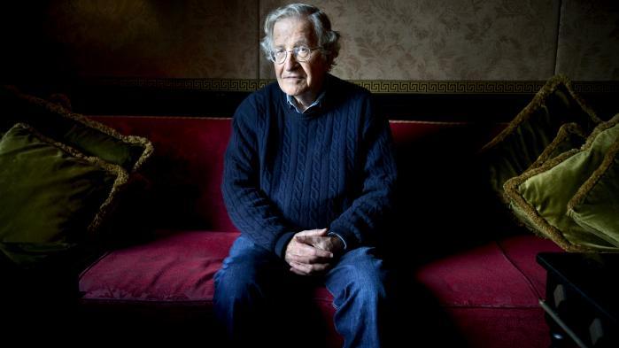 'Filmen er ikke kedelig, men den er belærende. Den er optaget over fire år og kalder sig for den definitive dialog med Chomsky. Man kunne også kalde det for en definitiv monolog fra Chomsky. Og man savner de kritiske spørgsmål,' skriver Rune Lykkeberg i sin anmeldelse af dokumentarfilmen 'Requiem for the American Dream'.