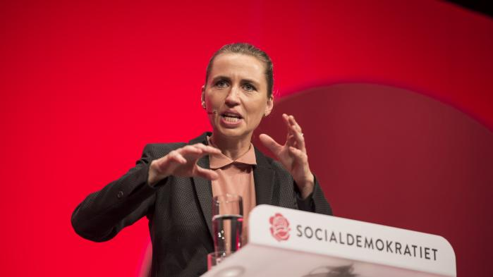 For nyligt udtalte Mette Frederiksen, at Socialdemokratiet har et »utroligt godt og tillidsfuldt samarbejde med Dansk Folkeparti«. Og den højredrejning, som Socialdemokratiets udlændingepolitik har undergået, er en af de mest markante i europæisk sammenhæng, vurderer adjunkt ved Aarhus Universitet Christoph Arndt, der har forsket i europæiske socialdemokratier.