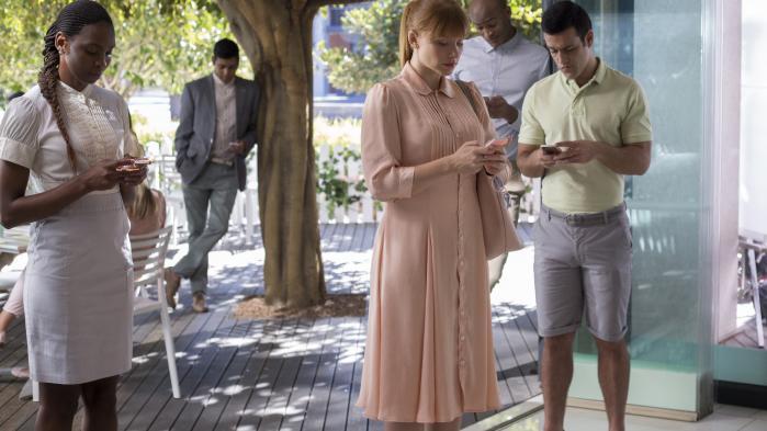 Bryce Dallas Howard (i midten) spiller en ung kvinde besat af status i et afsnit af tredje sæson af Charlie Brookers brillante science fiction-serie, 'Black Mirror'.