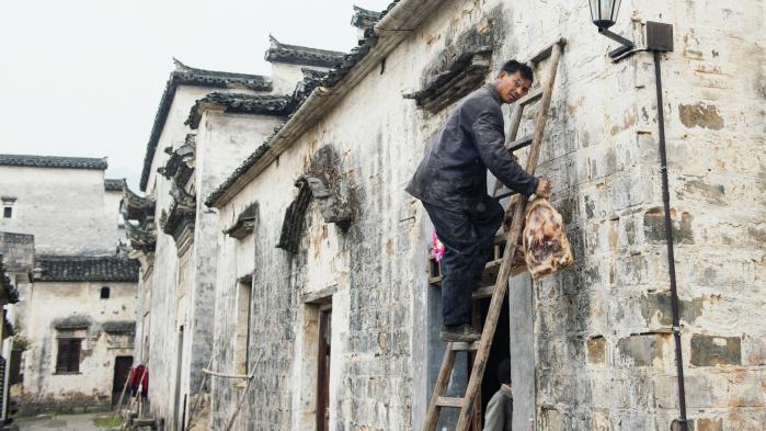 Livet i landsbyen fortsætter med daglige gøre mål, efter at turisterne er begyndt at vende tilbage til Bishan.