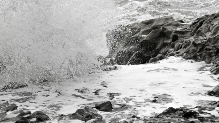 Familien i Gudmundur Bergssons roman bor med en lille fiskerby på Islands sydkyst som nærmeste nabo.