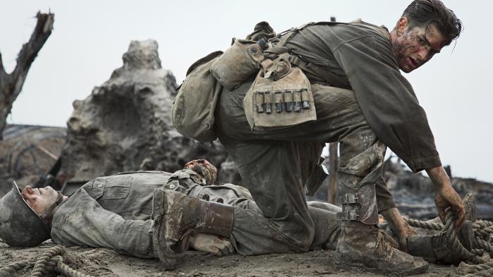 'Steven Spielberg satte nye standarder for realistisk skildring af krig i de første minutter af Saving Private Ryan; Gibson sætter om muligt barren endnu højere, hvilket kan mærkes på både krop og sind, mens man ser Hacksaw Ridge,' skriver Informations anmelder.