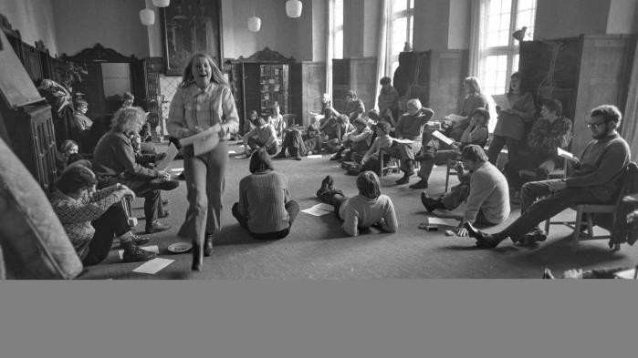 Studenteroprøret i foråret 1968 begyndte som et antiautoritært oprør – ikke marxistisk. Og oprøret sejrede, studenterne fik halvdelen af pladserne i studienævnene, og studenter og kontor-personalet halvdelen af pladserne i fagråd og fakultet. Professorvældets tid var definitivt forbi.