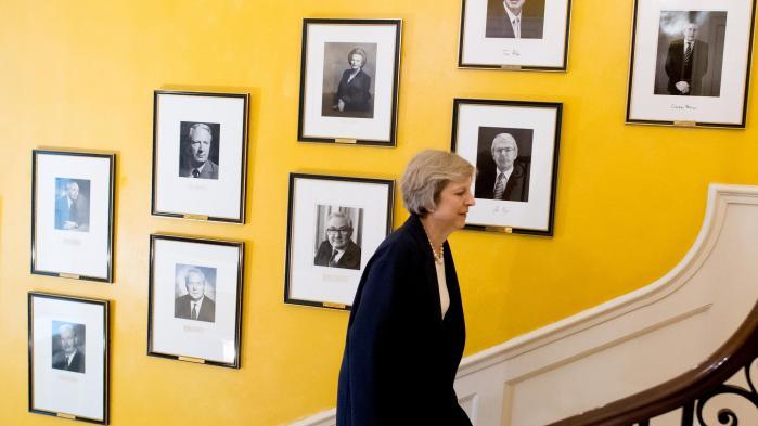 Theresa May har netop præsenteret en finanslov, der tilgodeser de såkaldte JAM-familier – dem, der kun lige kan klare det. Men ikke kuni Storbritannien har økonomien bag populismen fået åbnet politikernes øjne.