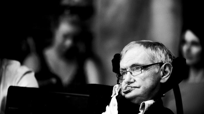 Den britiske fysiker Stephen Hawking skriver, at de seneste afvisninger af eliterne i både USA og Storbritannien i høj grad må være rettet mod lige præcis sådan en som ham.