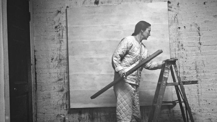 Agnes Martin var altid radikal. Hun fandt sit udtryk som 30-årig og brændte alt, hun tidligere havde tegnet og malet. Midt i 1950'erne blev hendes særegne minimalisme opdaget af en kunsthandler. Hun flyttede til New York og blev del af kunstscenen.