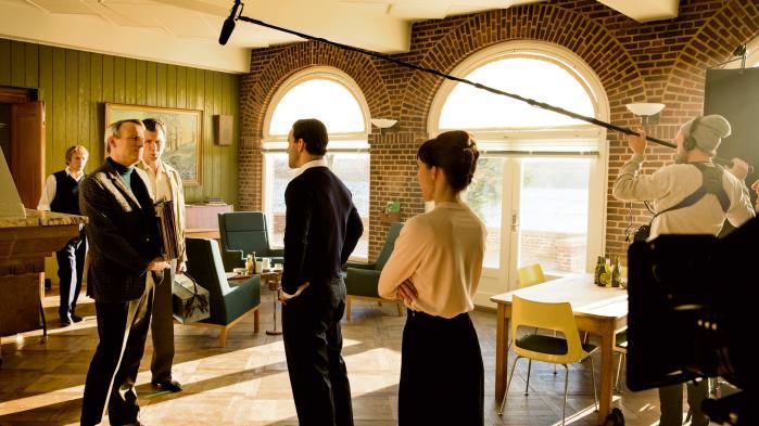 Rasmus Botoft og en flok andre danske skuespillere under optagelserne til den kommende tv-serie 'Radio Mercur', der foregår i 1950'ernes København – men optages på Sydfyn.
