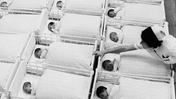 Efter årtiers velfærdspolitik og ligestillingskampe er kvinder ikke længere kun programmeret til en tilværelse som altruistiske avlskøer for stat eller mænd. Alligevel udskammes frivilligt barnløse kvinder gang på gang for den manglende indsats på fødegangene, fremfor i magtens korridorer. Senest i DR2-programmet 'Vil du føde mit barn?'