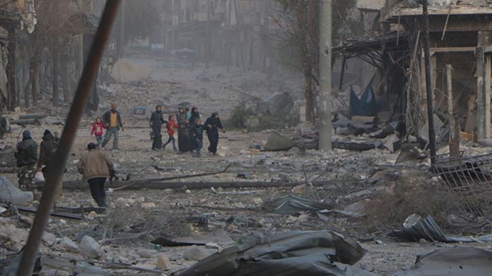 Røde Kors retter i dag indtrængende appellerom at beskytte civile i det østlige Aleppo, »før det er for sent«, og tilføjer, at organisationen er klar til at bistå med evakuering, hvis der kan indgås aftale herom med de styrker, der er loyale over for den syriske præsident Bashar al-Assad og nu er i gang med at nedkæmpe de sidste enklaver af den væbnede opposition