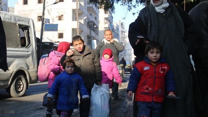 Civile venter på at blive evakueret fra Aleppo i Syrien. Regeringen kunne passende bruge nogle af de penge, man ikke har brugt på modtagelse af flygtninge i Danmark i år, på at yde ekstraordinær nødhjælp til Syrien, mener oppositionen.