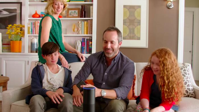 Amazon har opfundet en platform, som kan spille musik, besvare spørgsmål, give nyheder og vejret. Reklamefilm viser, hvordan den hjælper en familie. Men platformen, som hedder Amazon Echo, giver også Amazon adgang til familiens personlige data. Foto fra Amazon-reklamefilm