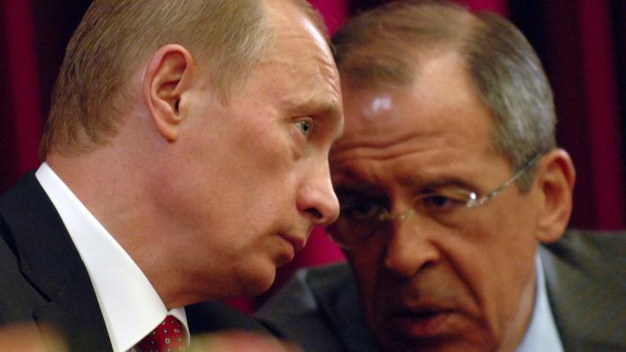 Den russiske udenrigsminister Sergei Lavrov (th.) har tidligere i dag anbefalet præsident Vladimir Putin (tv.) at iværksætte udvisningen af i alt 35 medlemmer af det amerikanske diplomatkorps i Rusland. Putin afviser imidlertid