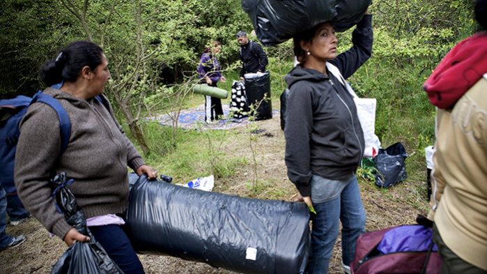Regeringen vil nu have det varslede forbud mod 'lejre' på offentlige områder gennemført administrativt. Det har den konsekvens, at hjemløse 'gadesovere' også bliver kriminaliseret. Venstres retsordfører siger til Information, at forslaget skulle ramme romalejre og lignende