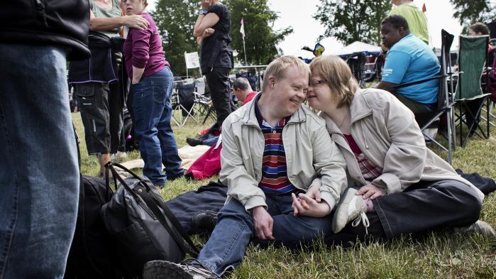 Deltagere ved Danmarks Festligste Festival, hvor 12.500 udviklingshæmmede hvert år mødes i Skanderborg for at høre musik i flere dage. 16 kommuner vil nu udbyde arbejdet med at håndtere nogle af samfundets svageste borgere på det sociale område i fri konkurrence.