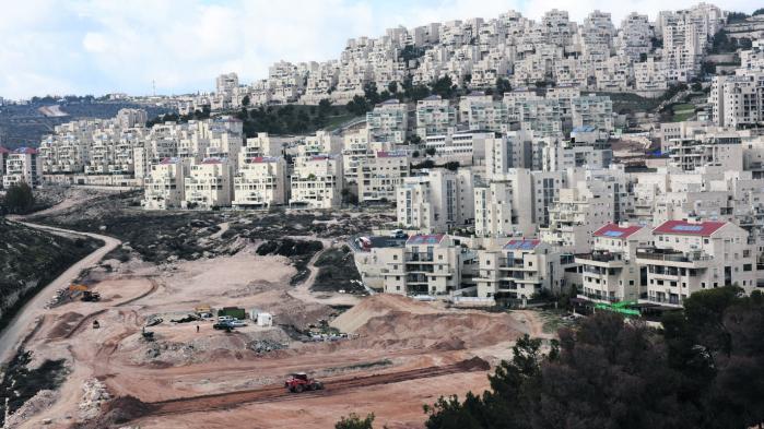 'Vores mål er at stoppe besættelsen, og det omfatter en stat uden illegale bosættelser,' siger Saeb Erekat. Her udvides bosættelsen Har Homa mellem Jerusalem og Betlehem.