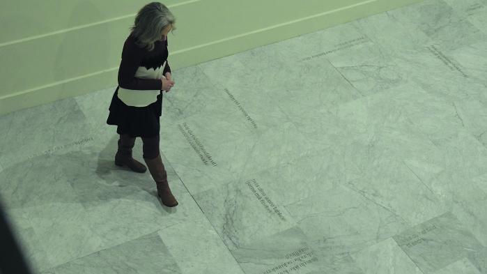 Ord på gulvet på Brandts.I en poesisamling kunne delet blive banale, men nedfældet i italiensk marmor erde det ikke.