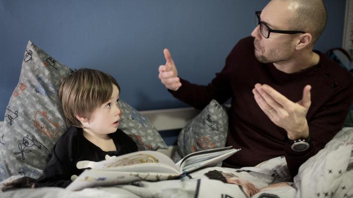 Ægteparret Stine og Filip Bergmann Verhelst har ofte talt om, hvilken indskrænket verden deres døve søn Viktor ville vokse op i uden et cochlear-implant (CI), der kan gøre ham hørende. Omvendt er der den svære erkendelse af, at tilvalget af CI er med til at kvæle tegnsproget.