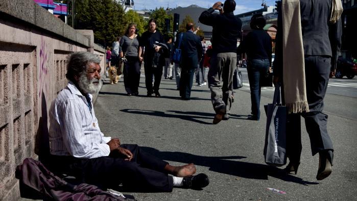 Når kontanterne forsvinder fra byboernes lommer, får de fattige og hjemløse svære ved at skrabe sammen til dagen og vejen.