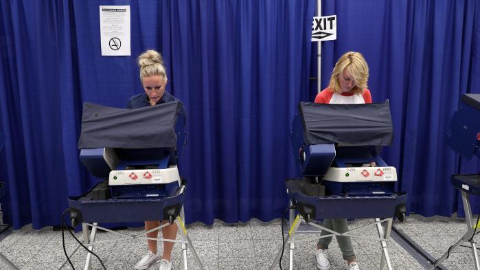 Vælgere fra Chicago afgiver deres stemme ved det amerikanske præsidentvalg i 2016. Nu fortæller en amerikansk rapport, at de såkaldte 'fake news' ikke havde afgørende indflydelse på valgets resultat.
