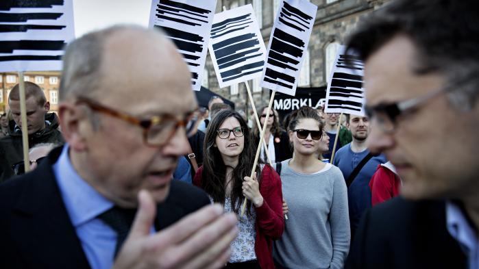 Da den nye offentlighedslov skulle vedtages i 2013, var der demonstrationer mod vedtagelsen foran Christiansborg med deltagelse af blandt andet journalister fra Information. Og bekymringen var velbegrundet, viser vores egen gennemgang.