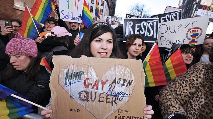 USA's præsident påtænker et dekret, der skal gøre det muligt for enkeltpersoner og organisationer at nægte at handle imod deres religiøse overbevisning – også når det medfører diskrimination imod LGBTQ-personer eller vanskeliggør kvinders adgang til prævention og abort