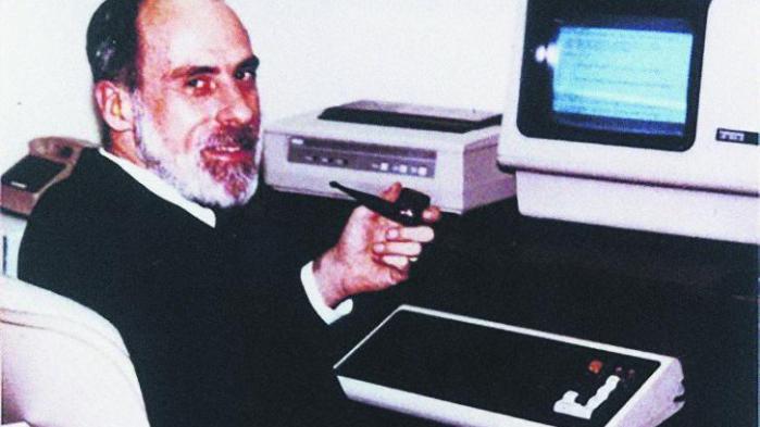 Internettet blev bygget af en gruppe forskere for at gøre det så let som muligt at dele viden. Men det gjorde det også let at sprede løgne. 'Det faldt hverken mig eller andre ind, at nogen skulle have lyst til at ødelægge internettet eller bruge det til at dele løgne,' siger den amerikanske datalog Vinton Cerf, der bliver kaldt en af internettets fædre