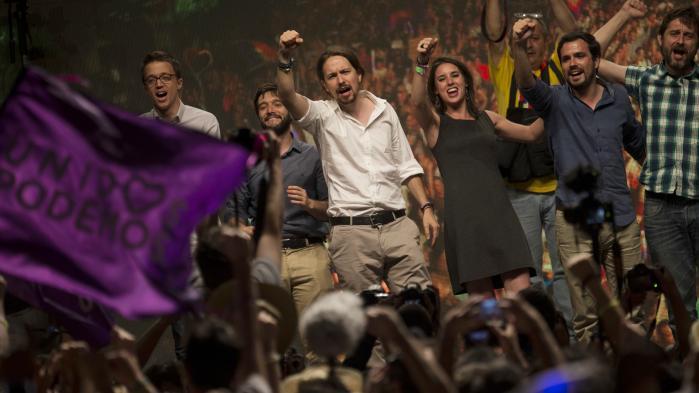 Det er ingen naturlov, at det er højreorienterede kræfter, der giver stemme og ansigt til utilfredsheden og ønsket om forandring. I Spanien er venstrefløjspartiet Podemos vokset ud af de unge spanieres pladsbesættelser med raketfart. Her partiets ledere, bl.a. Pablo Iglesias i hvid skjorte, ved et valgmøde i juni 2016.