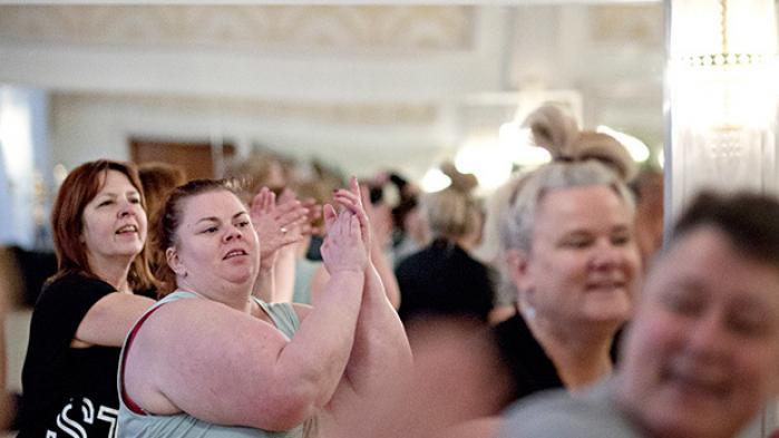Den nye fedtglorificerende og antikapitalistiske bevægelse FedFront skal både lære »tykke tykke« at elske deres kroppe og få omverdenen til at acceptere fedt. Den er en del af en større bevægelse, der skrider frem verden over, og som findes i flere afkroge af samfundet