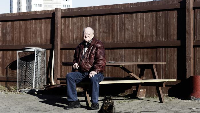 'Jeg har boet her i 35 år. Jeg boede i højhuset i 34 år på 15. etage. Da min kone døde, flyttede jeg ned i gården. Jeg har en nabo, der er sød og rar. Han er fra Makedonien og har været her i 42 år. Han kommer ind til mig og får kaffe, og vi omfavner hinanden nytårsaften og siger 'glædeligt nytår' og alt muligt, og vi hjælpes om haven,' fortæller Kaj Abildskov, der er 74 år, pensionist og bor i Brøndby Strand.