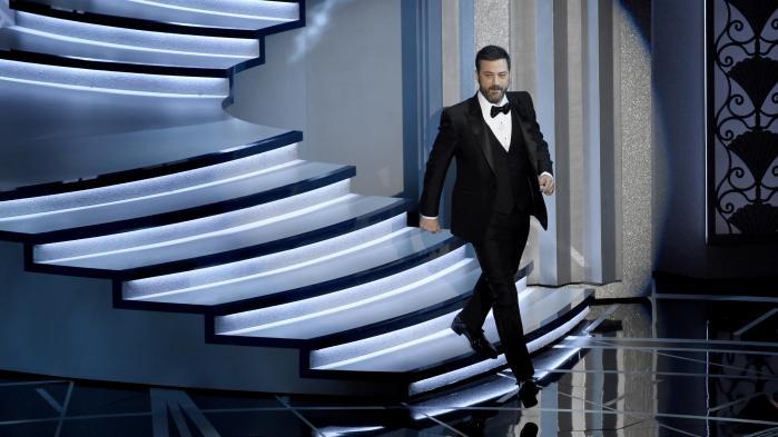 Oscar-vært Jimmy Kimmel stak fra begyndelsen af Oscar-showet til præsident Trump med vittigheder som: 'Jeg vil gerne sige tak til præsident Trump. Kan I huske sidste år, hvor det var Oscaruddelingen, der fremstod racistisk?'. Måske var det netop Jimmy Kimmels stikpiller, som satte både dem, der overrakte priserne, og dem, der modtog dem, fri til i stedet at tale om noget mere alment menneskeligt i stedet for direkte at gå efter præsidenten.