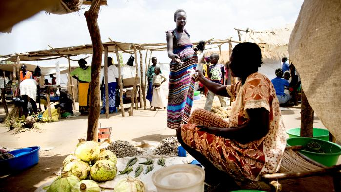 Rose Tamaka får 37.400 ugandiske shillings, cirka 75 kroner, fra nødhjælpsorganisationer hver måned til at købe mad for på markedet i Bidibidi-lejrens zone 2. Hun har fem børn at brødføde og et sjette på vej. Hendes mand er rejst tilbage til Sydsudan for at hente sin mor.