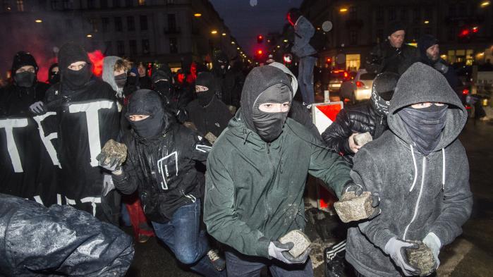 Som en virus ligger fortidens begivenheder i luften, og en gruppe helt unge demonstranter løber rundt med brosten, der er så store, at de knap kan bære dem.