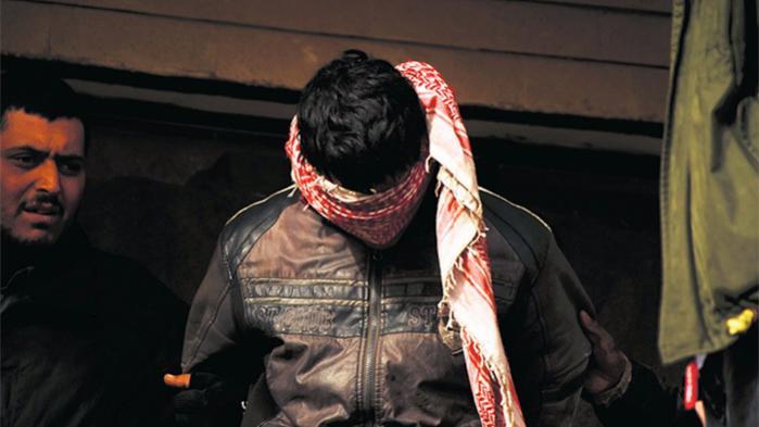 Inden IS besatte Mosul, var der en halv million kristne i Irak. Nu er der kun en kvart million. Mange kristne har søgt asyl i vestlige lande som Canada, Frankrig og Tyskland. Det er også drømmen hos den ene af de kristne militskrigere, Waleed Safi møder. Manden med tørklædet for øjnene er en af de fanger, som gruppen mistænker for at være fra Islamisk Stat