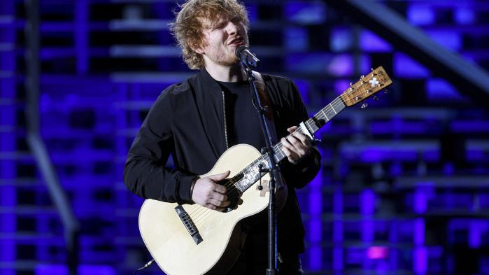 Den engelske popprins Ed Sheeran er muligvis den største hitmager i disse år, og han står nærmest som en naturkraft i poppens landskab, om man kan lide hans materiale eller ej. Men selvom hans nyeste album afgjort kommer til at hitte, er det så præget af popkalkulationer, at det fuldstændigt mister sin magi og sammenhængskraft