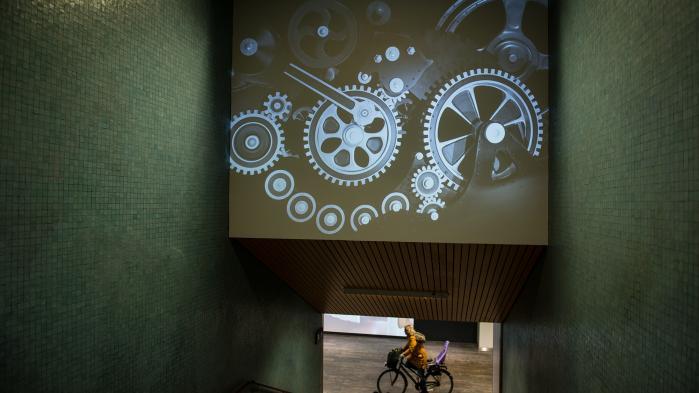 På udstillingen 'Human/Machine – Machine/Human' opstår effektive møder mellem besøgende og ny digital kunst, som dog aldrig når helt til bunds i sin teknologikritik.
