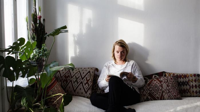 'Transfervindue' skildrer i et forløb af korte tekster livet som terminal kræftpatient i en makaber drøm af et overdimensioneret hospiceland, hvor alt er skønt og sundt. Maria Gerhardt er selv terminal kræftpatient.