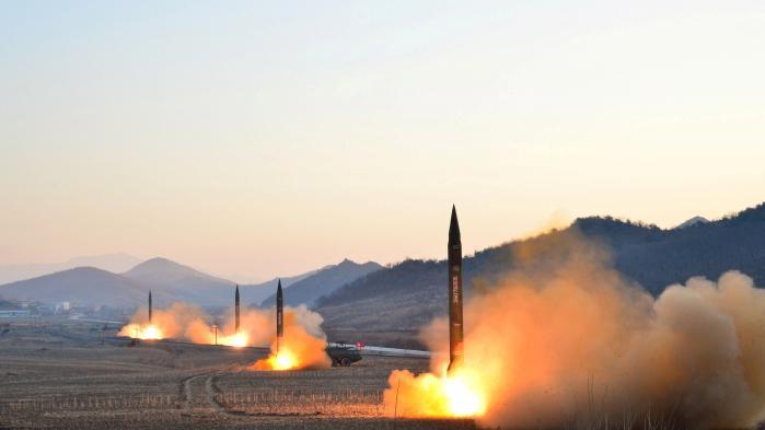 Den simultane affyring af fire missiler sker ikke af æstetiske grunde, men for at overbelaste det amerikanske missilforsvarssystem.