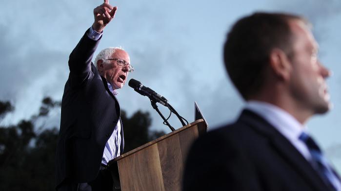 'En af grundene til Brexit, Trumps sejr og de ultranationalistiske højreorienterede kandidaters fremmarch over hele Europa er det forhold, at den globale økonomi har været rigtig god for store multinationale selskaber og på mange måder også har været en positiv ting for veluddannede mennesker, men der er millioner af mennesker i dette land og i hele verden, der er blevet ladt i stikken,' siger Bernie Sanders.