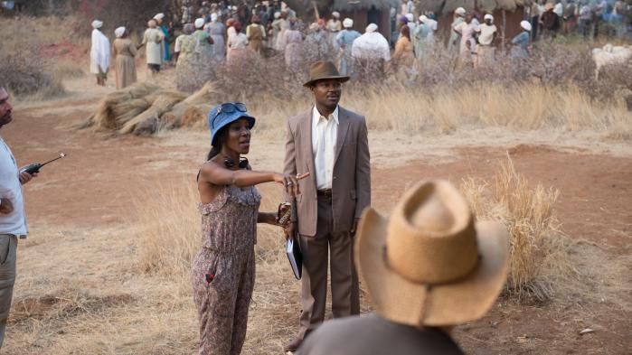 Den britiske filminstruktør Amma Asante taler med hovedrolleindehaver David Oyelowo under optagelserne til det politiske kærlighedsdrama'Kærlighed kender ingen grænser'. Foto: UIP