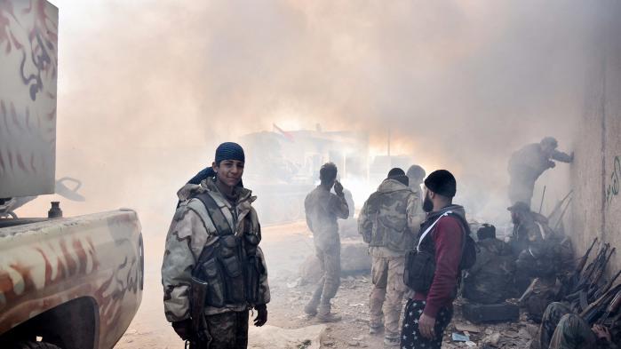 Soldater fra en milits, der er støtter Assad i Aleppo. Efter Assads overtagelse af kontrollen i Aleppo i december er det ellers blevet fremstillet, som om Syriens diktator har overtaget i størstedelen af landet, men hans magt over disse områder afhænger af militser, som han ikke kontrollerer.