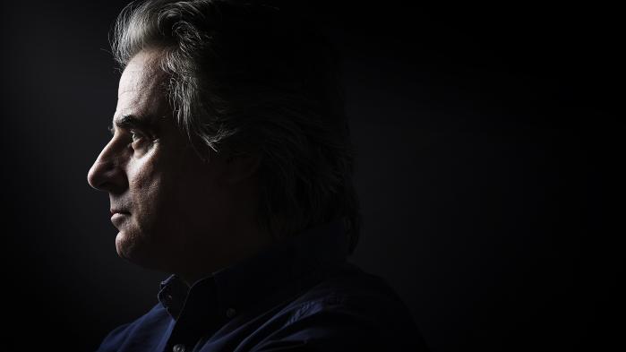 Jean-Christophe Grangé er en pylret far, har haft en depression, opfinder ekstremt uhyggelige mordere og sælger læssevis af bøger.