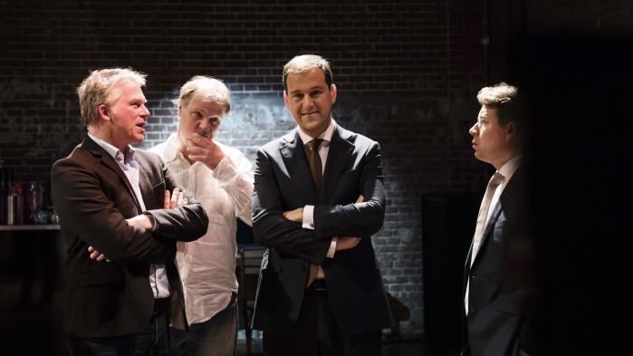 Wouter Bos, Hans Spekman og Lodewijk Asscher fra Arbejderpartiet (PvdA) under valgaftenen onsdag i Amsterdam. Partiet gik fra at være Hollands andetstørste parti med 38 mandater til kun at få ni mandater i det hollandske parlament, der tæller 150 medlemmer.