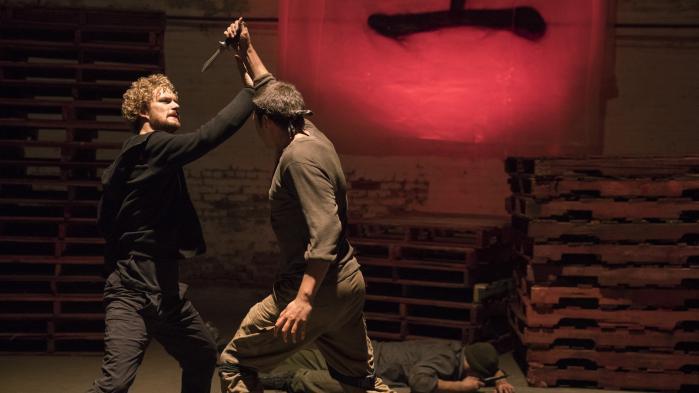 Danny Rand (Finn Jones) og hans jernnæve kæmper mod en af de skurke, New York har så mange af i Marvel og Netflix' nye superhelteserie, 'Iron Fist'.