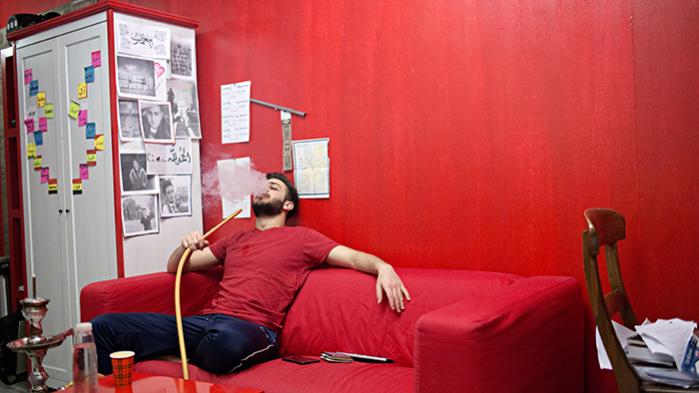 'Egentlig er min yndlingsfarve blå, men mit værelse var rødt, da jeg var barn. Det var også mig, der valgte at vores bil skulle være rød. Det røde går ligesom igen', siger 20-årige Omar Ismaiel, som bor i en af de 565 cointanere, som er et boligprojekt, der blander hollandske unge med flygtninge