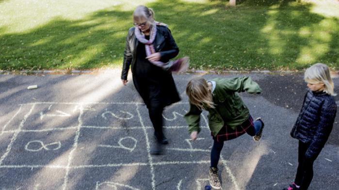 Bedsteforældregenerationen er nyttige som børnepassere eller opvartere. Men samværet med børnebørnene foregår altid på døtrene eller svigerdøtrenes præmisser. Det gør relationen uligeværdig og uværdig